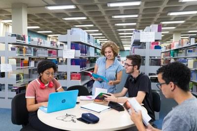 Biblioteca da UNILA possui acervo de 80 mil volumes