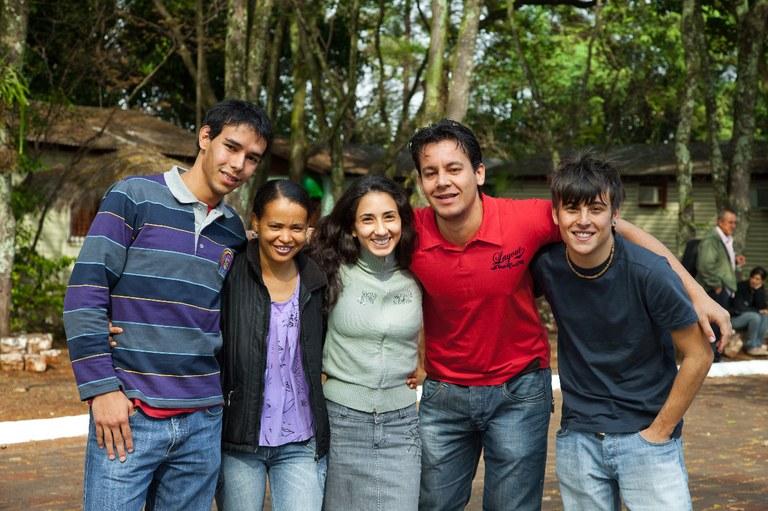 Registro da chegada dos primeiros alunos. Marcos Eduardo, Rosilene, Betânia, João Paulo e Alexandre.