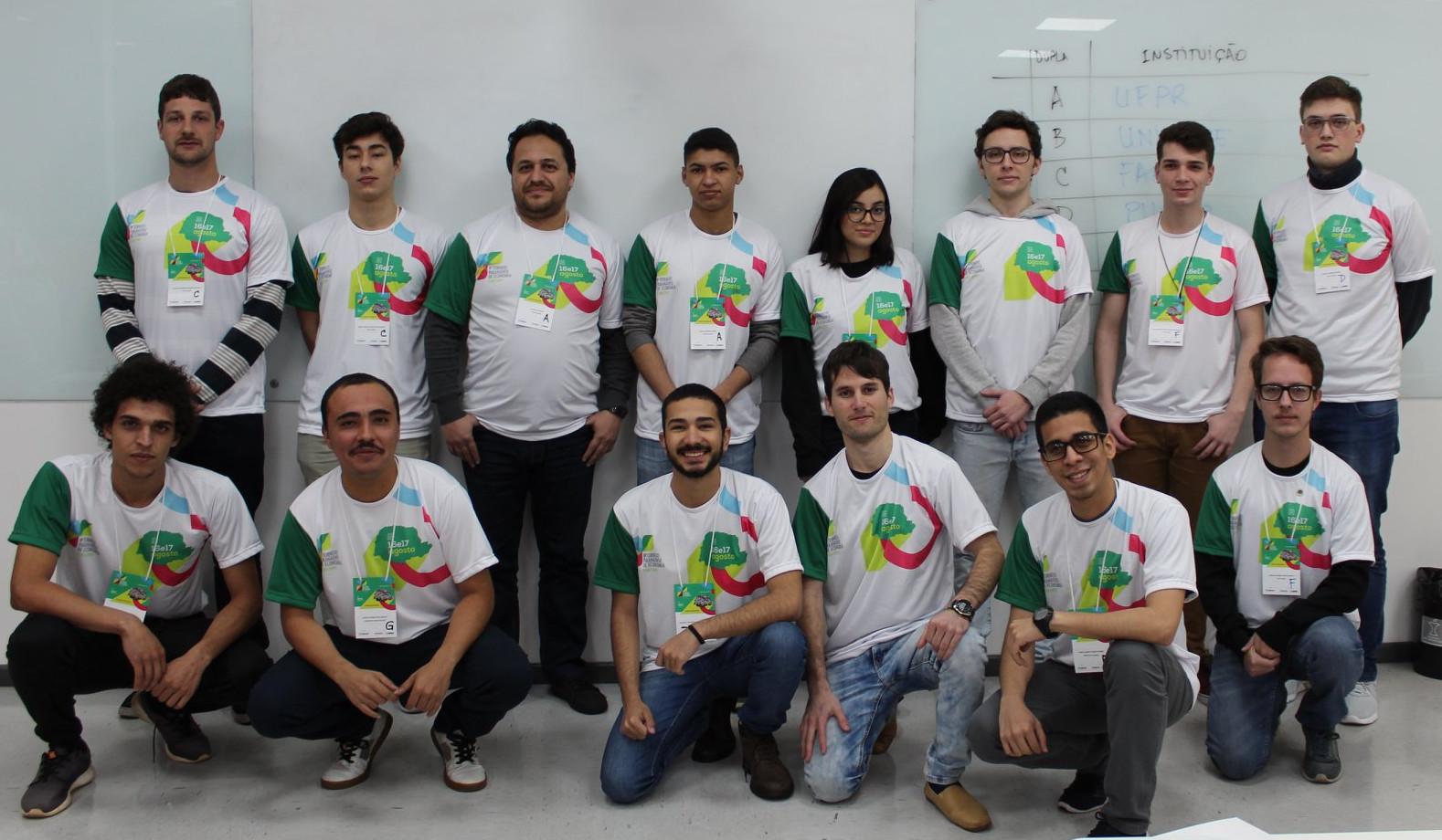 Catorze jovens, que divididos em duplas, participaram do Torneio Paranaense de Economia. Eles estão dispostos em duas fileiras - oito estão em pé e seis agachados