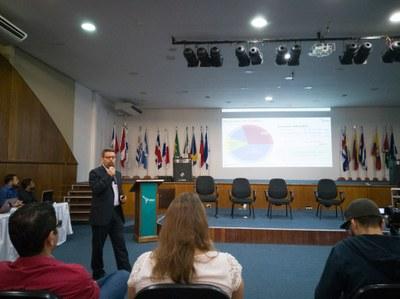Vice-reitor Luis Evelio Garcia Acevedo explica situação orçamentária da UNILA para a comunidade