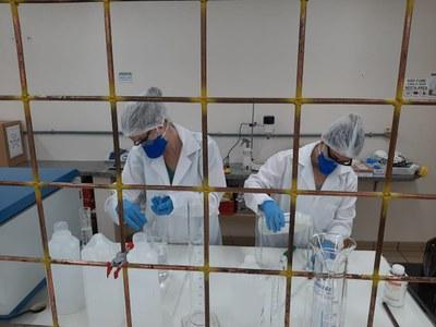 A produção é realizada no Laboratório Multiusuário de Química, por professores e alunos da UNILA