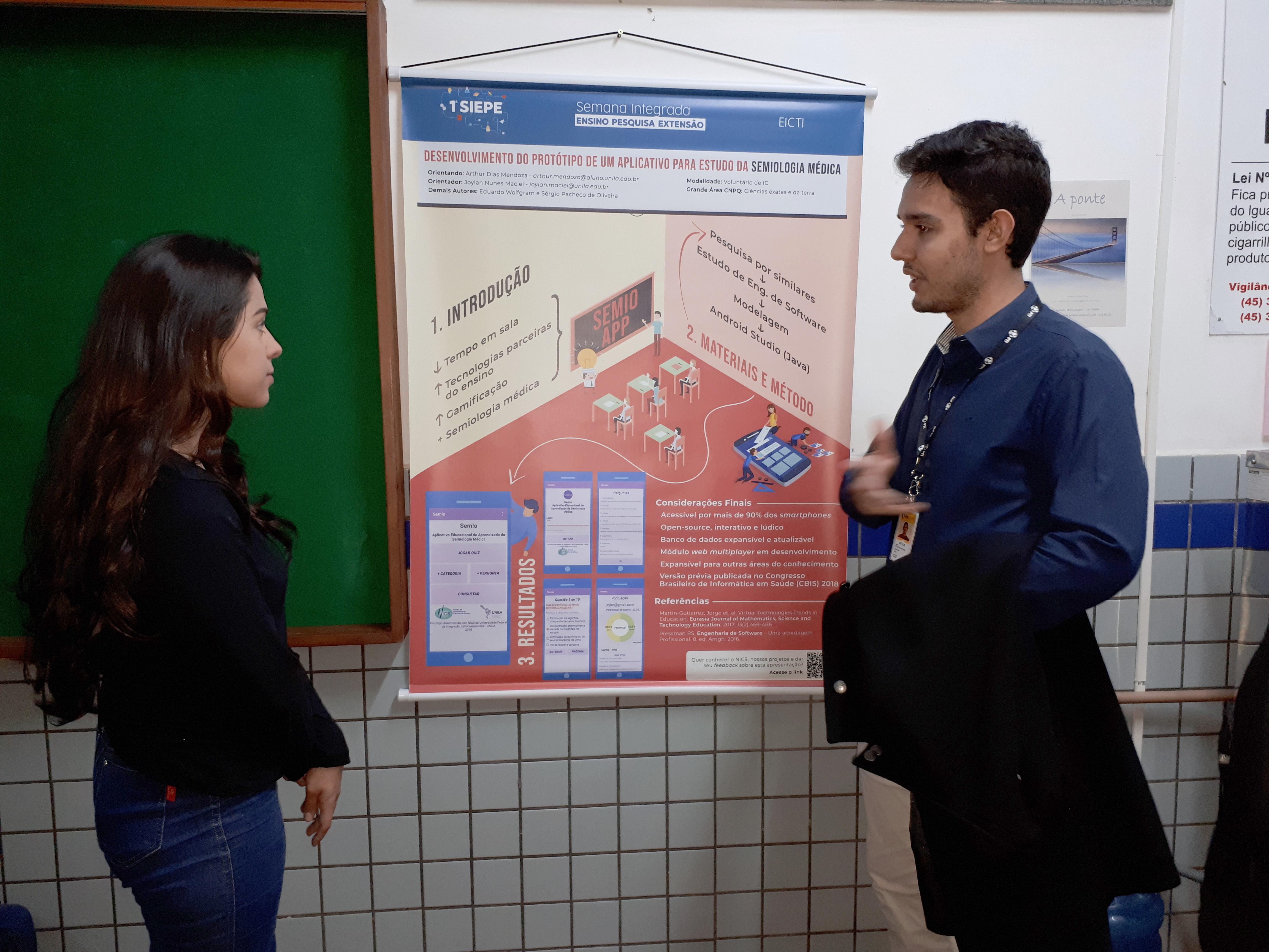 Arthur, da Medicina, divide conhecimento com a colega Maria Cecília, da Biologia