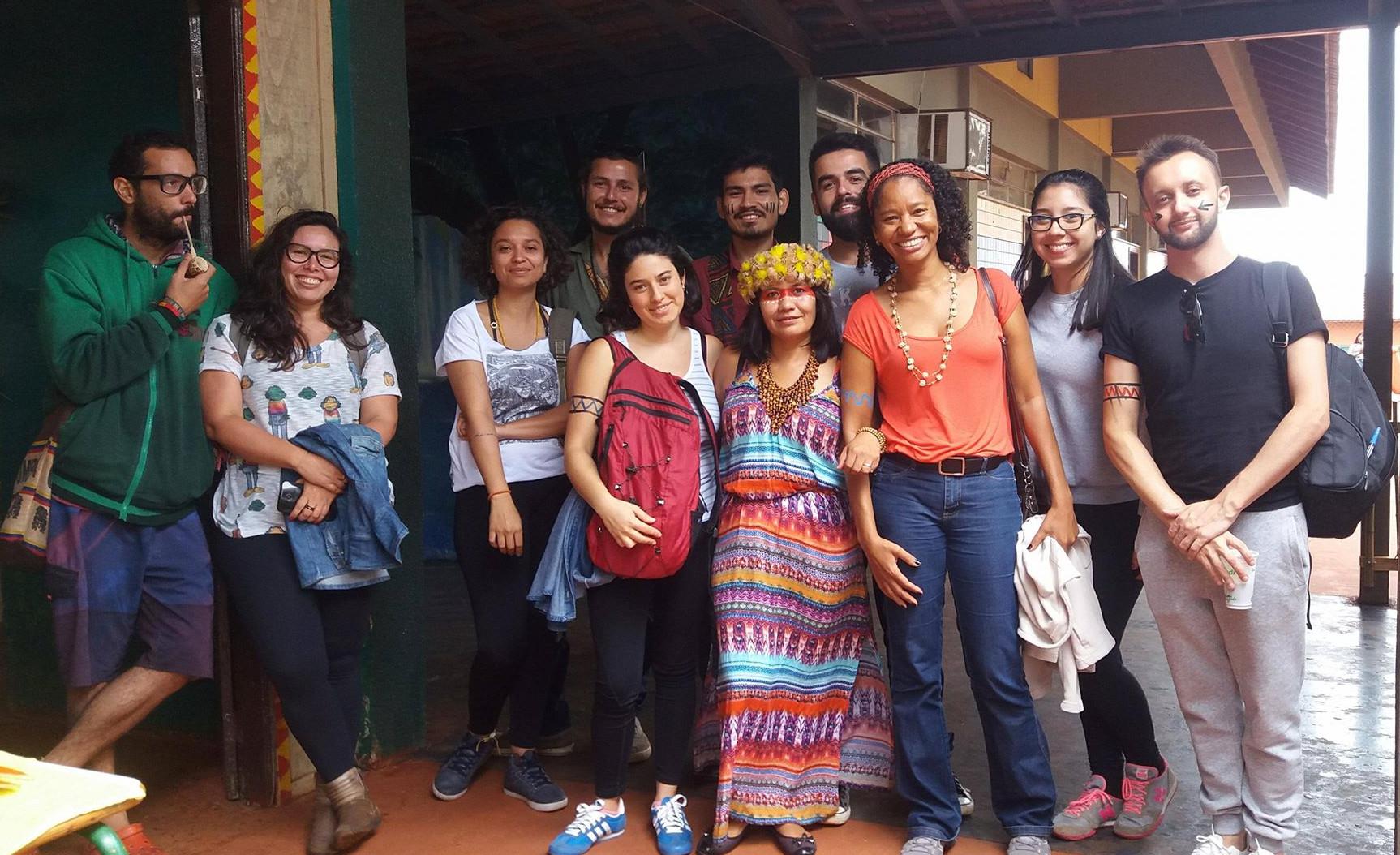 Delmira com um grupo de estudantes e professores da UNILA