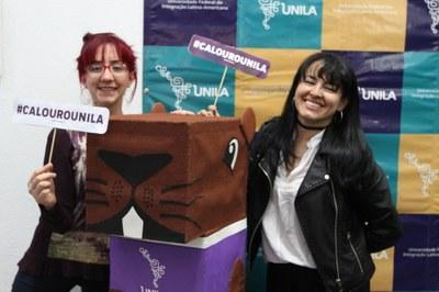 As amigas Dabeiba Villamil Rodríguez e Diana Marcela Álvarez, da Colômbia, vieram juntas fazer a matrícula na terça-feira (26)