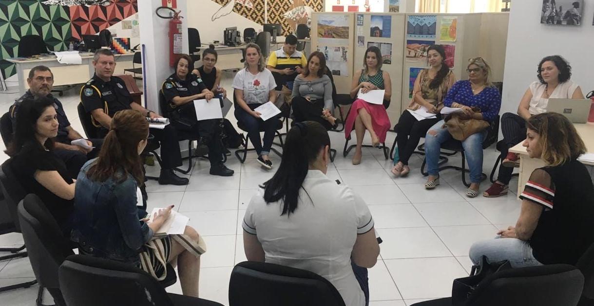 Grupo que irá trabalhar no monitoramento da violência de gênero na fronteira. Pessoas reunidas, em círculo, em uma sala