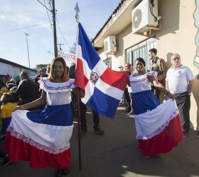 Alunas da República Dominicana no desfile de aniversário de Foz do Iguaçu