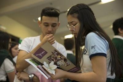 UNILA ao seu alcance leva informações sobre as formas de ingresso na universidade pública para alunos de escolas públicas de Foz do Iguaçu, do Paraguai e da Argentina.