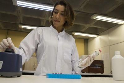 Joana Bortghetti pesquisa o efeito da mesoterapia com cafeína e a ultracavitação para fins estéticos