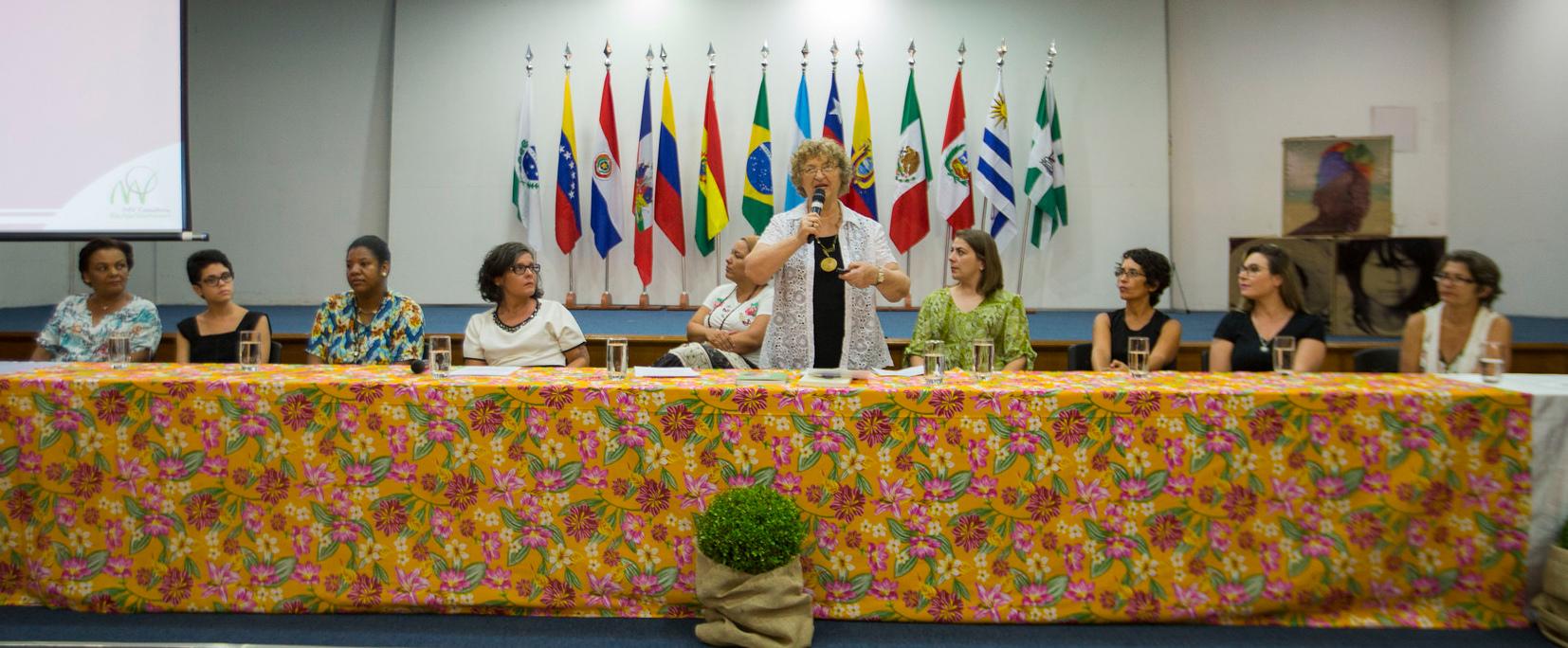 Mesa com mulheres da UNILA e comunidade com a socióloga Moema Viezzer