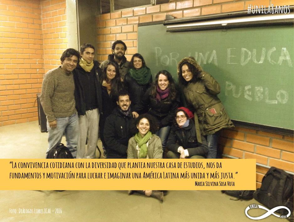 Silvina e um grupo de amigos em uma sala de aula da UNILA