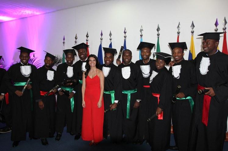 Formandos junto com a paraninfa da turma, a professoraMarina Machado Gouveia