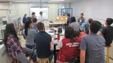 estudantes durante minicurso no laboratório de engenharia