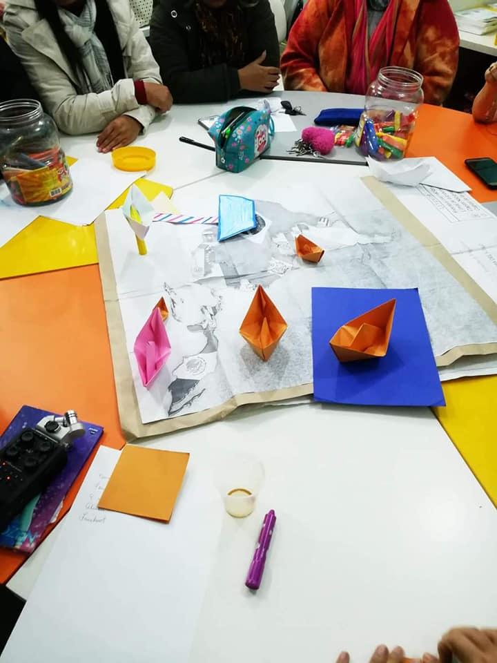 Mapas e barquinhos de papel