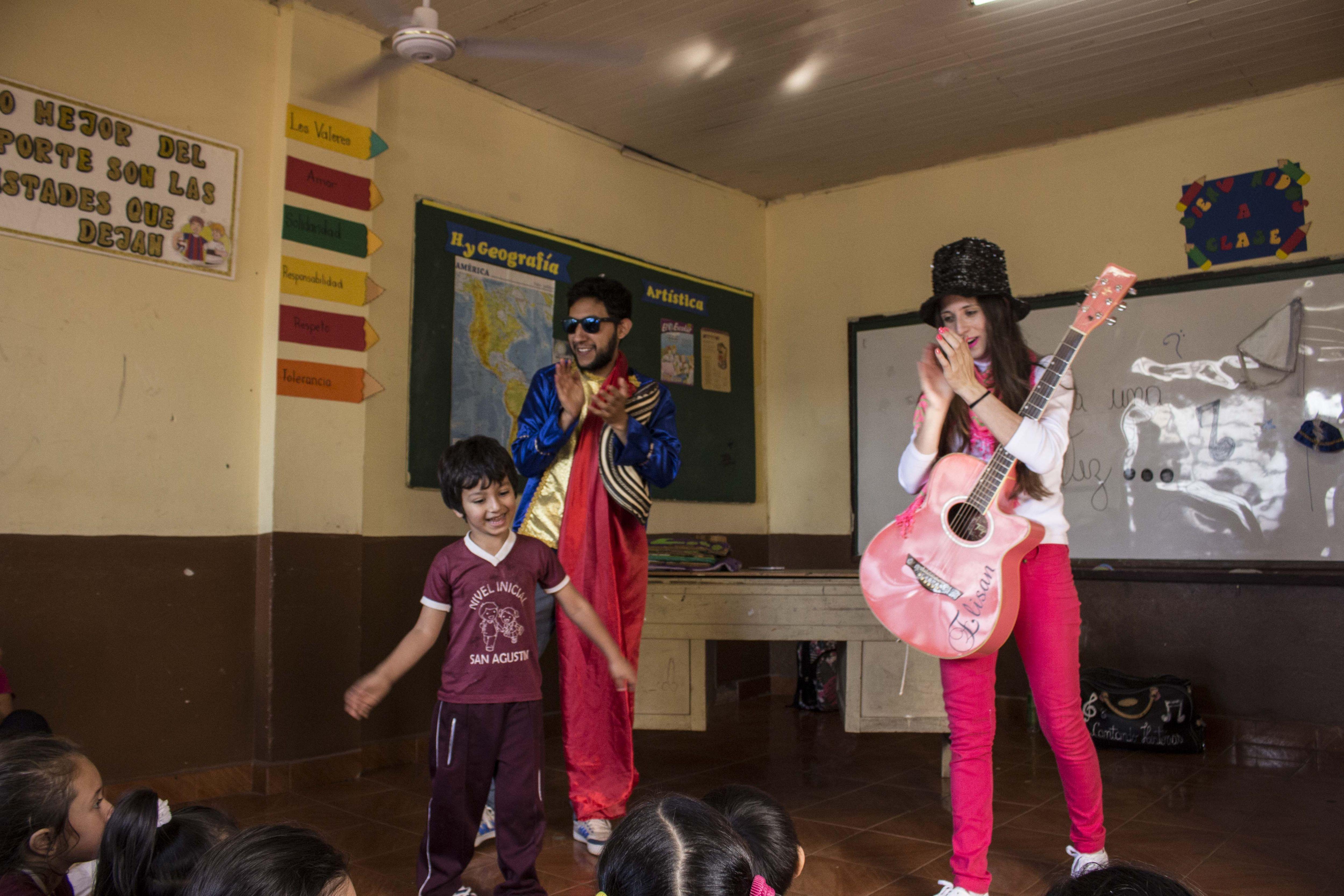 Atividades lúdicas realizadas com crianças na escola incluem peças de teatro e música