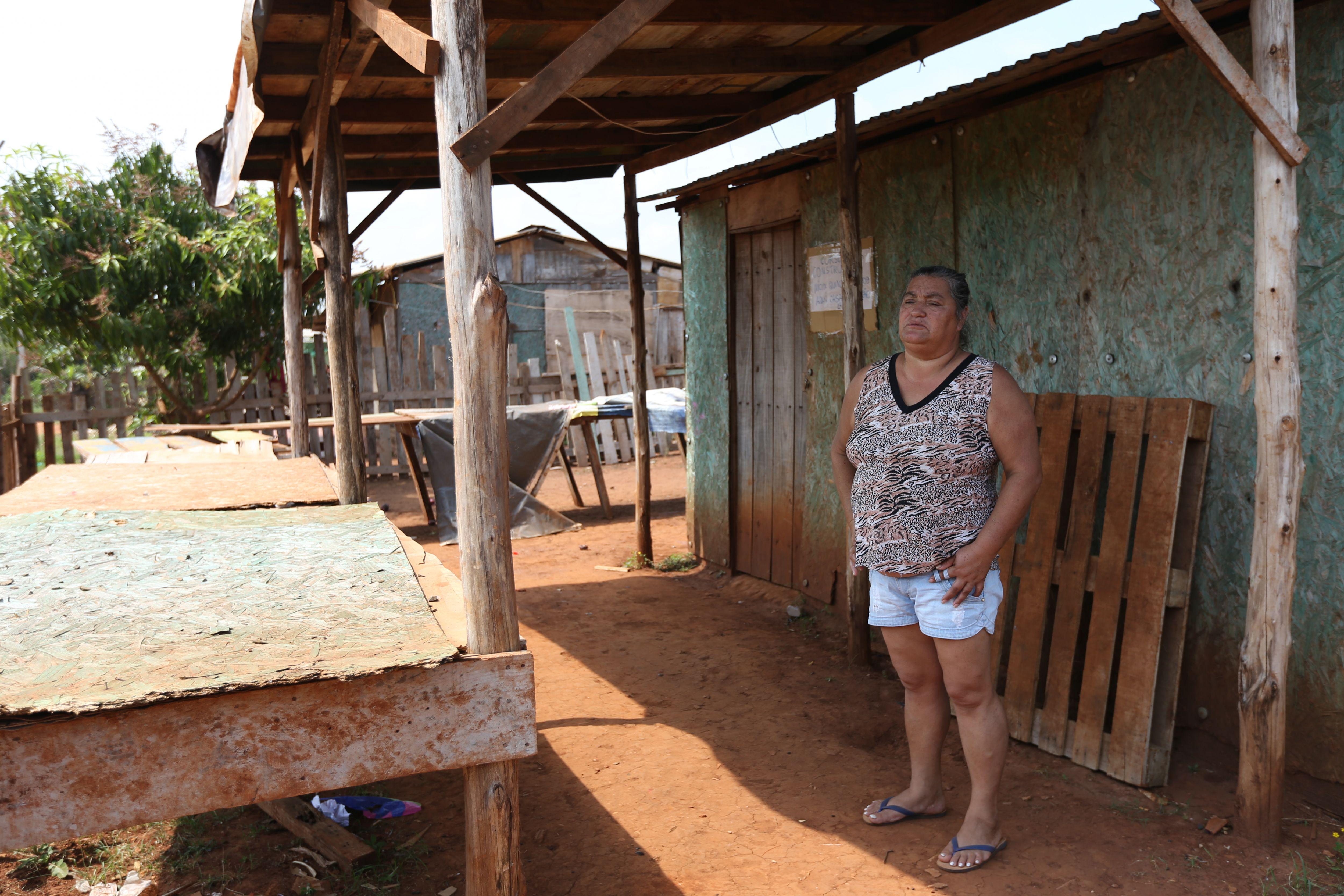 Roseli Nori dos Santos, em frente à casa onde mora no Bubas com o marido e três filhos