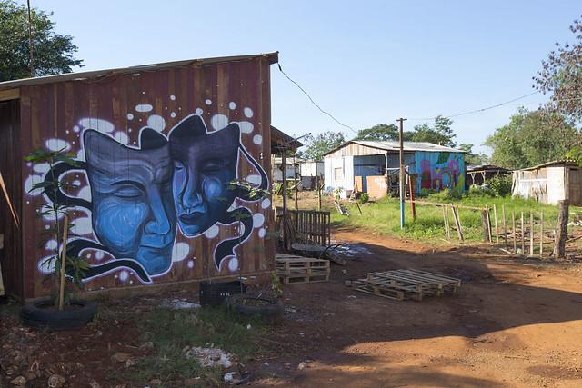 Casa com pintura na ocupação Bubas
