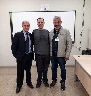 Servidor Eduardo Castilha (centro) com os docentes José Sampaio e Elias Garcia, da Unioeste, durante a banca de defesa de dissertação
