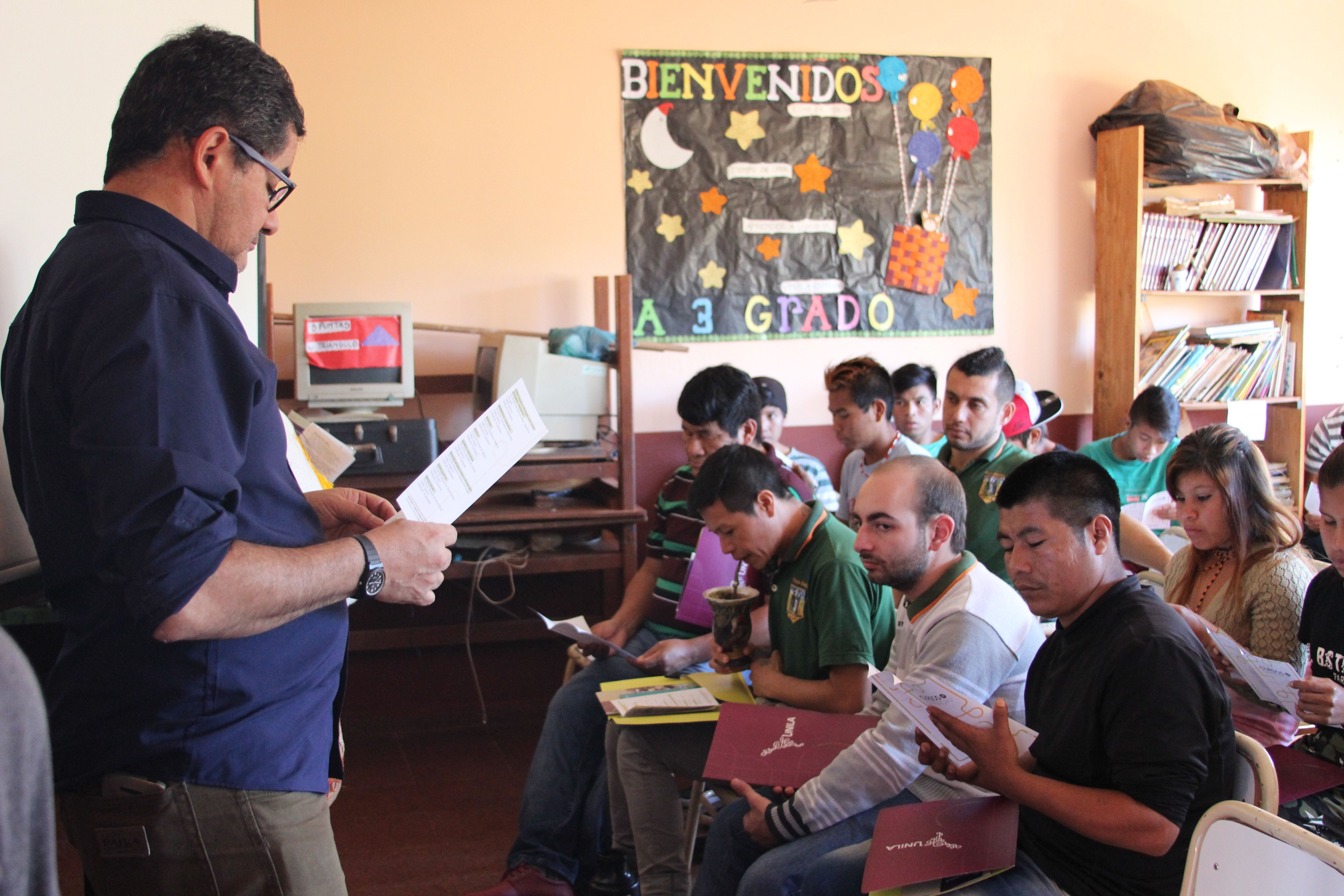 Foto do professor Mario Ramao e alunos, em sala de aula na Escola Intercultural Bilíngue Tekoa Yryapu - localizada na aldeia guarani Yryapu, em Puerto Iguazú