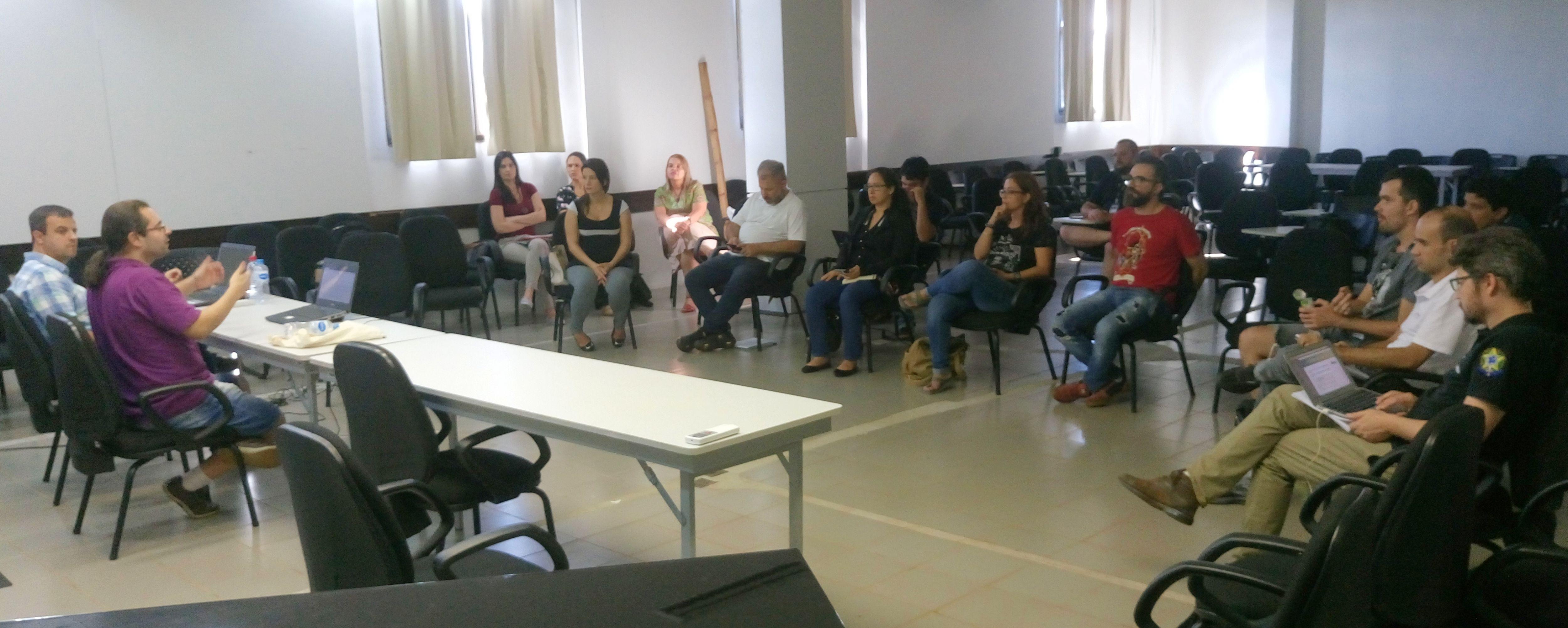 Professores reunidos para discutir questões estratégicas para a Pós-Graduação da UNILA