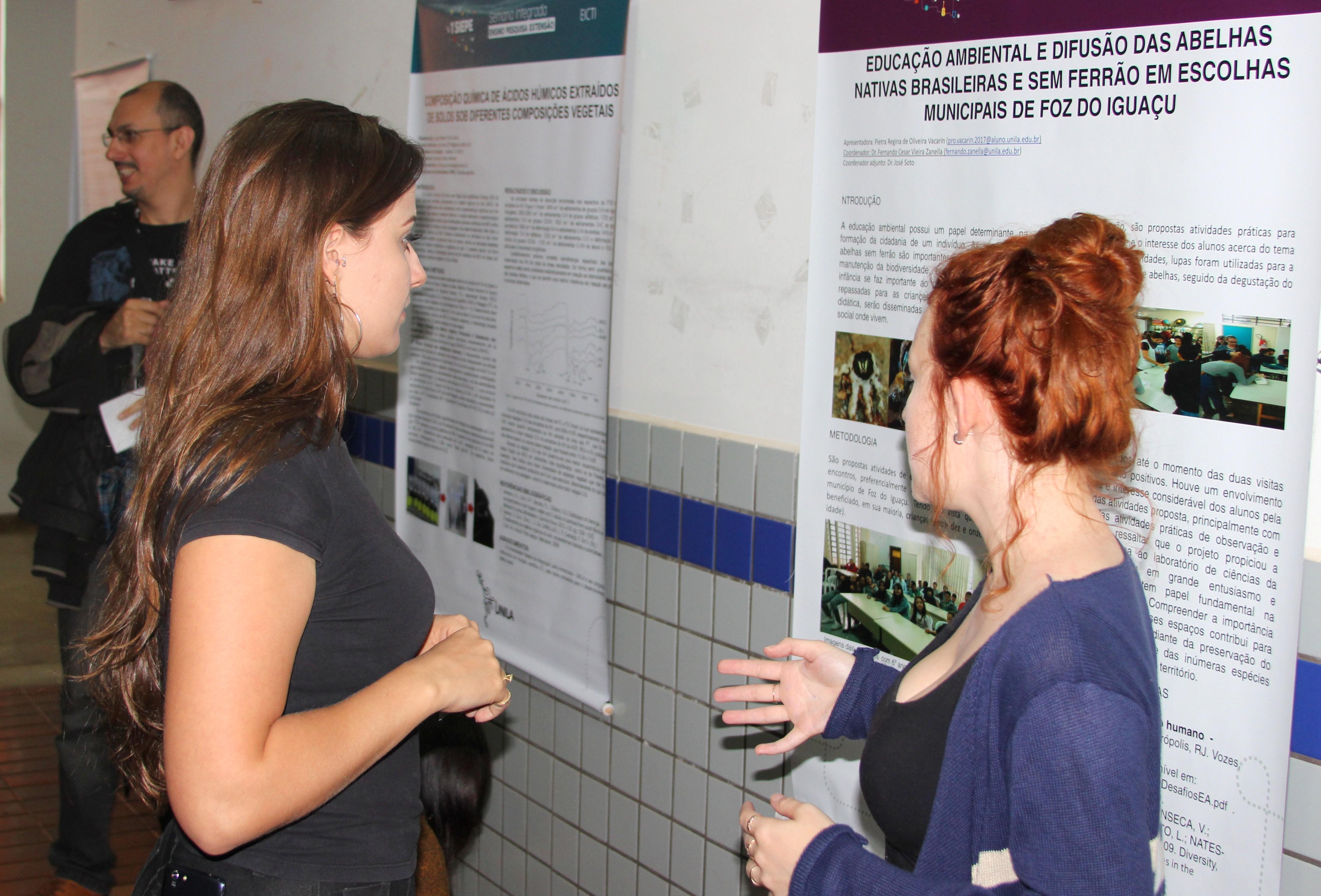 A estudante Pietra (direita) integra o projeto que trabalha educação ambiental com alunos de escolas de Foz do Iguaçu