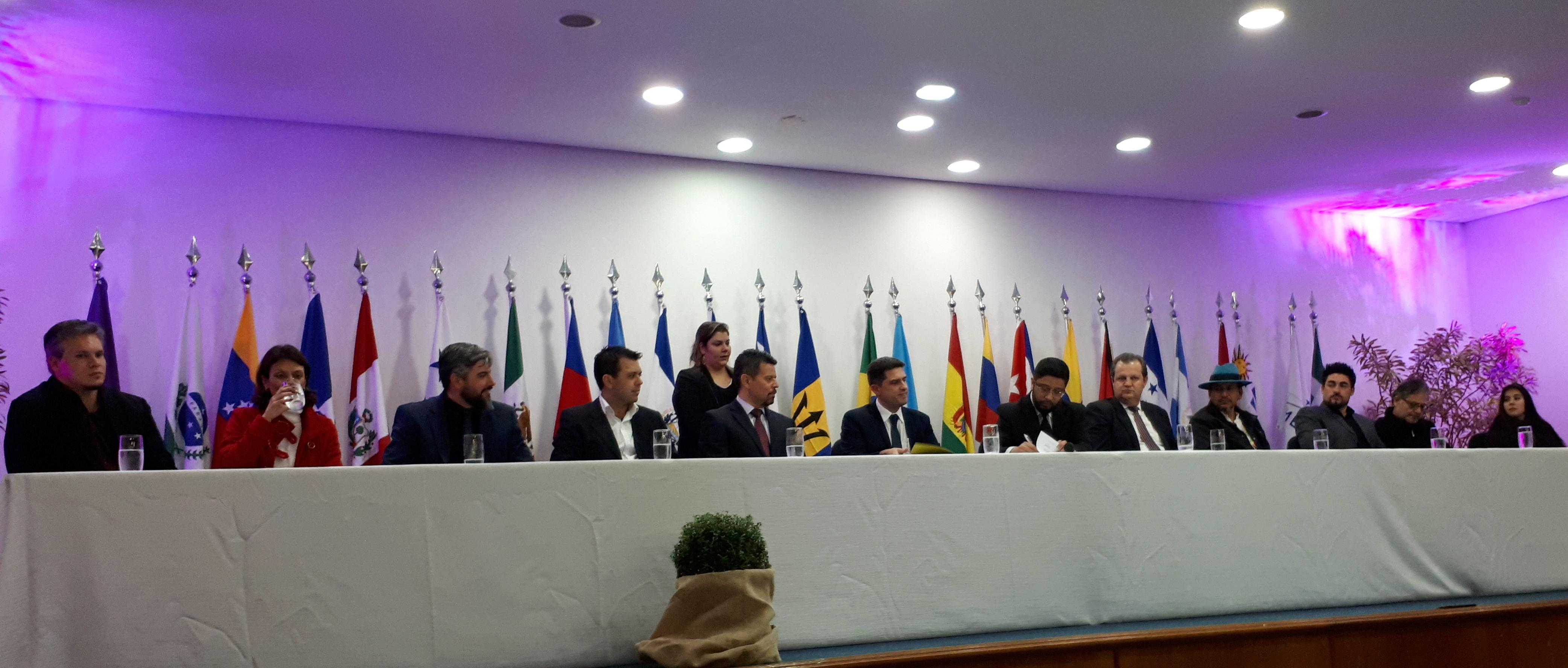 Na foto, mesa com diversas autoridades.