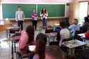 Estudantes observam explicações sobre o Enem e a Unila