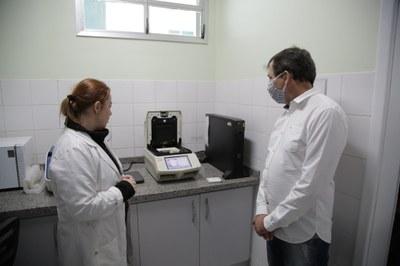 Durante visita do prefeito Chico Brasileiro, a professora Maria Leandra Terêncio explica funcionamento do laboratório