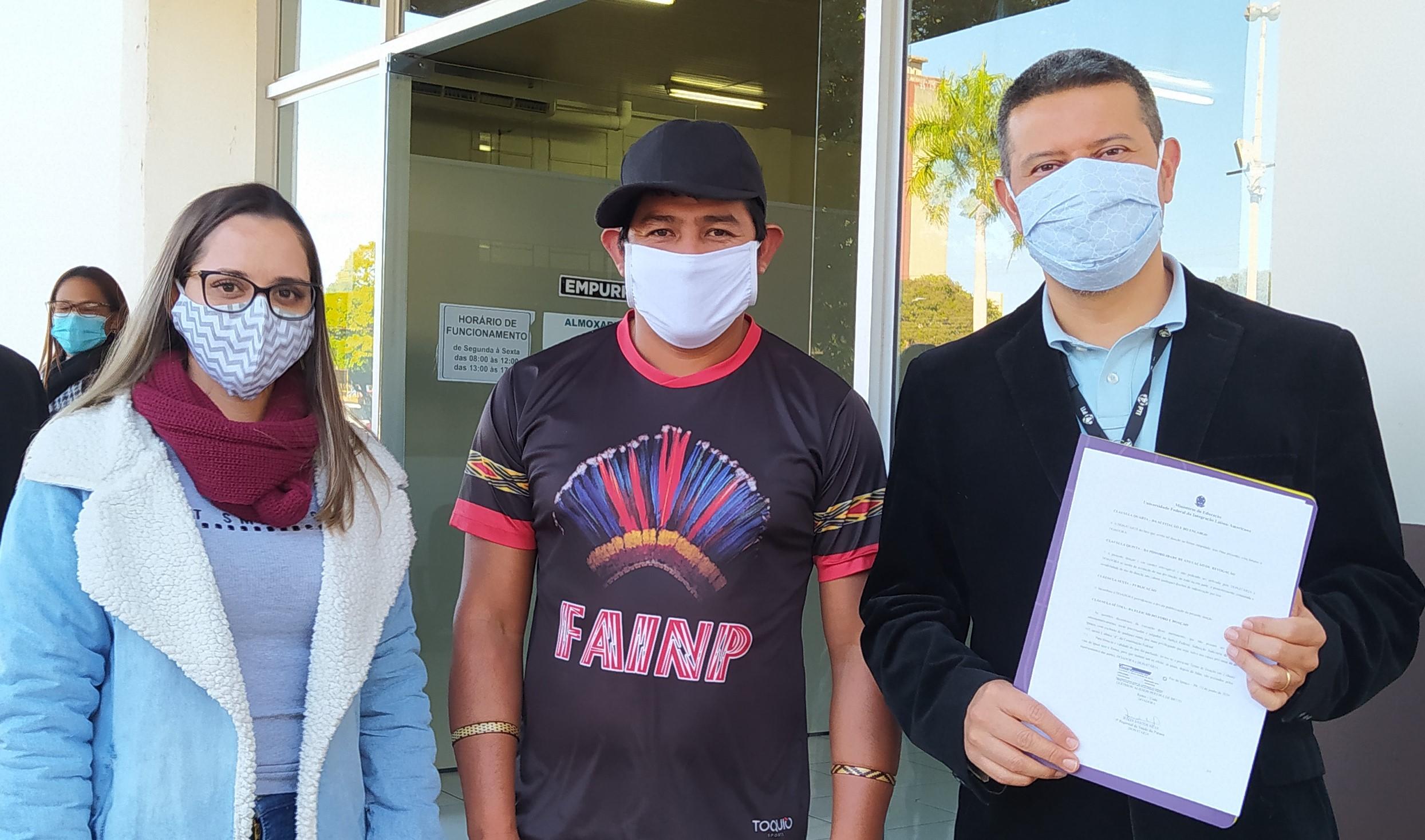 Lilian (Sesai), Celso (Cacique Ocoy) e Luis Evélio Garcia (Unila): álcool também vai ser usado na aldeia