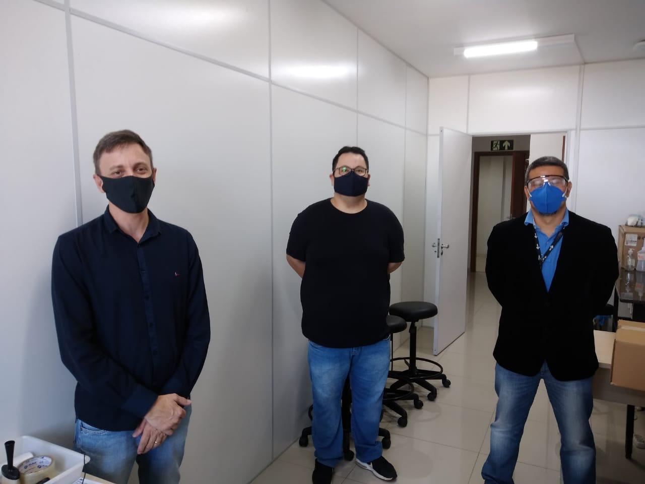 O diretor do Hospital MunicipalSergio Fabriz, o professor Oswaldo Hideo e o vice-reitor Luis Evelio na entrega do lote de máscaras a ser testado