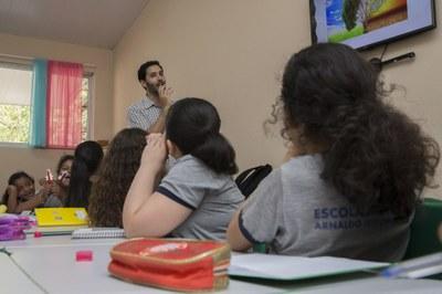 As aulas de espanhol são ministradas pelo professor Ariel Matias Blanco e quatro alunos bolsistas