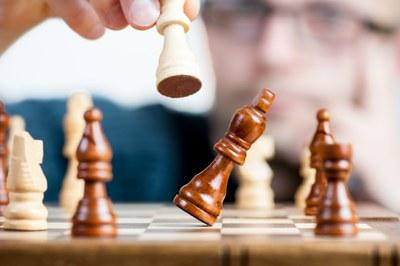 """O projeto de extensão """"Xadrez: empoderamento intrapessoal na conquista do Rei"""" convida interessados em aprender ou aprimorar o xadrez a participarem das atividades em 2021"""