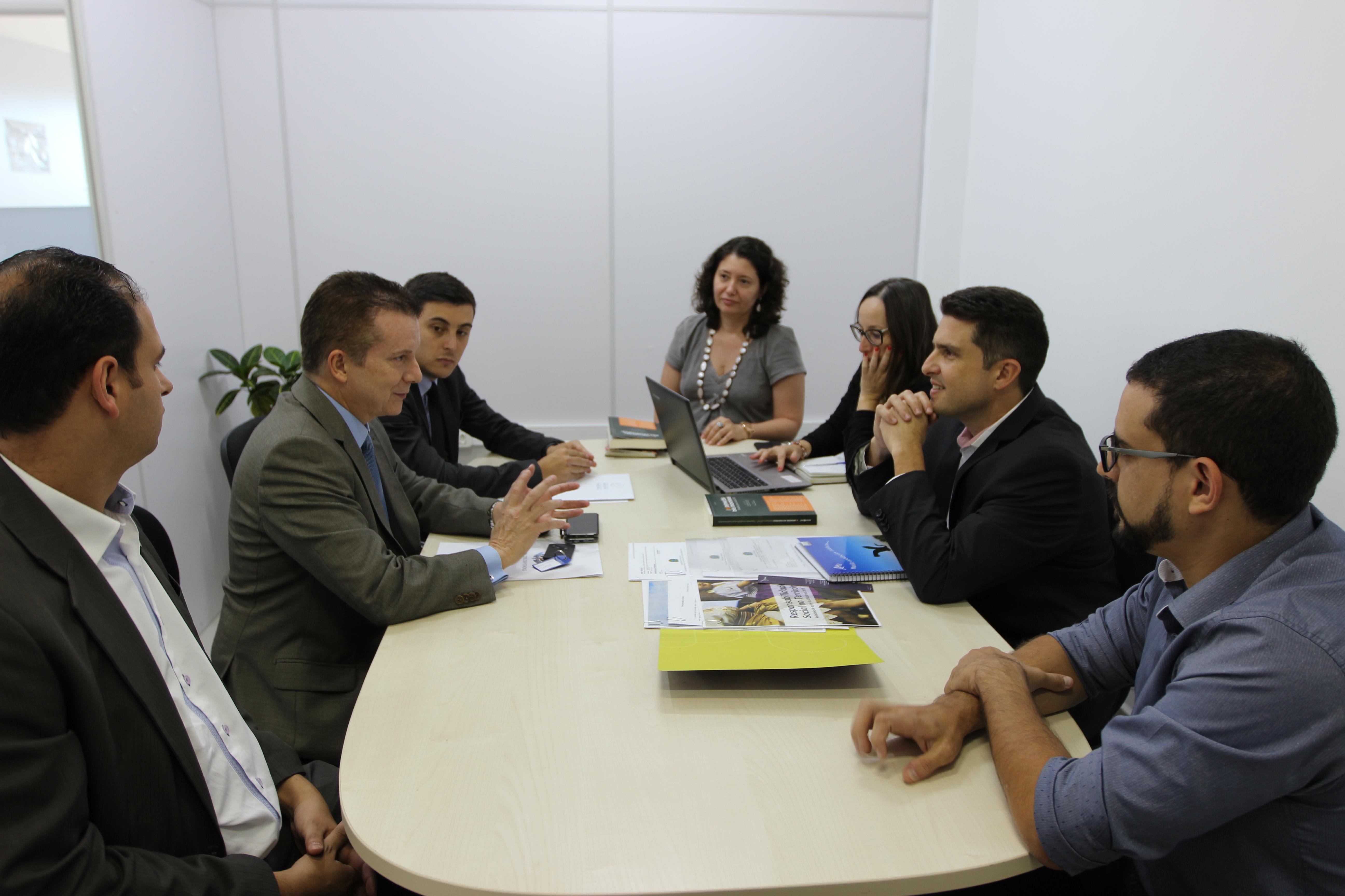 Jihad Abu Ali, Celso Russomano, Alexandre Andreatta, Diana Araújo, Luciana Mello Ribeiro, Gustavo Oliveira Vieira e Lucas Mesquita,  sentados a uma mesa, discutem a parceria