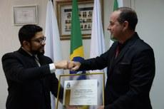 Gleisson Brito recebe a moção de aplauso entregue pelo presidente da Câmara de Foz do Iguaçu, Beni Rodrigues - Fotos nessa página: Diretoria de Comunicação- CMFI