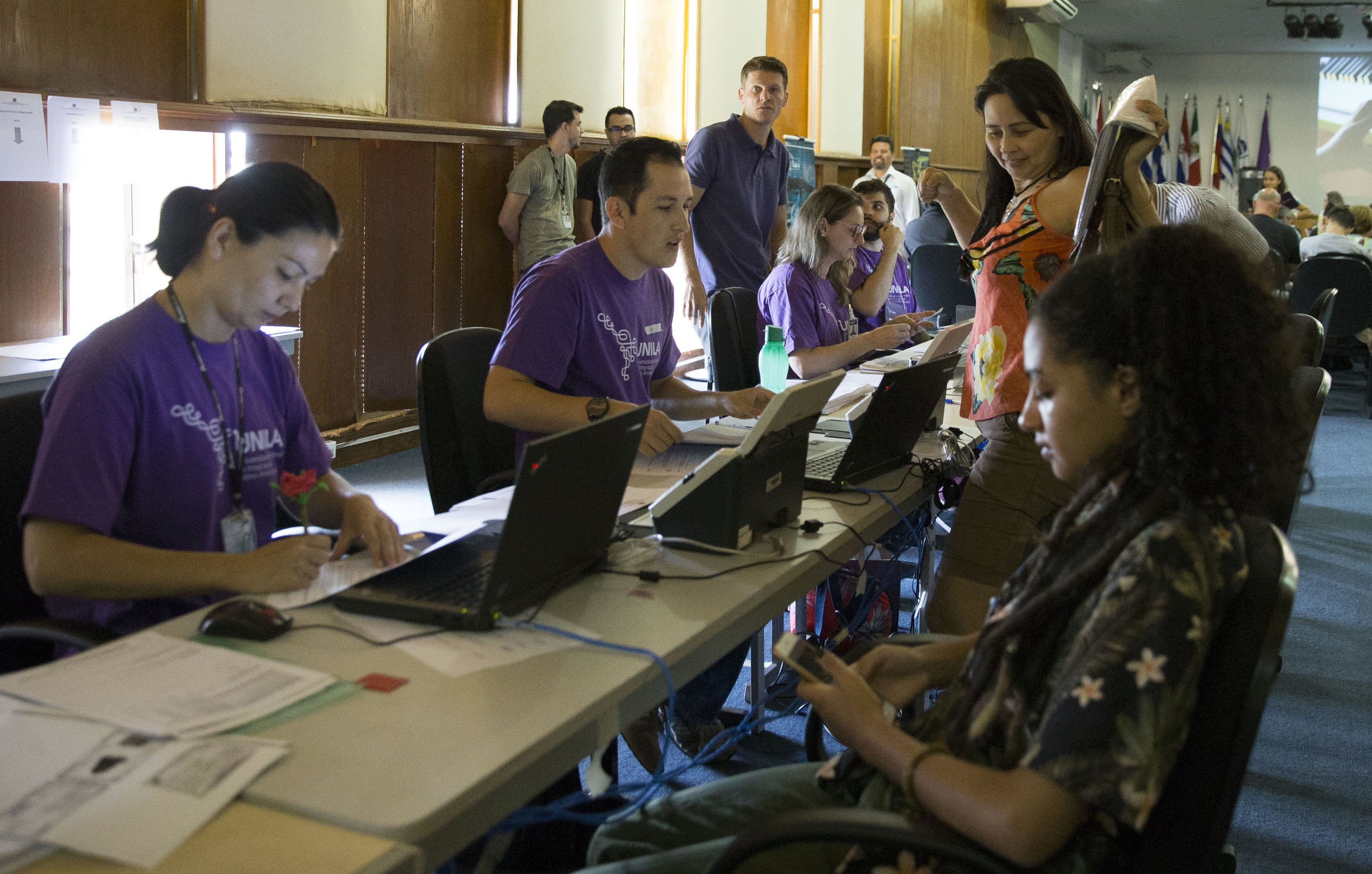 Servidores da UNILA atendem estudantes para a matrícula on-line