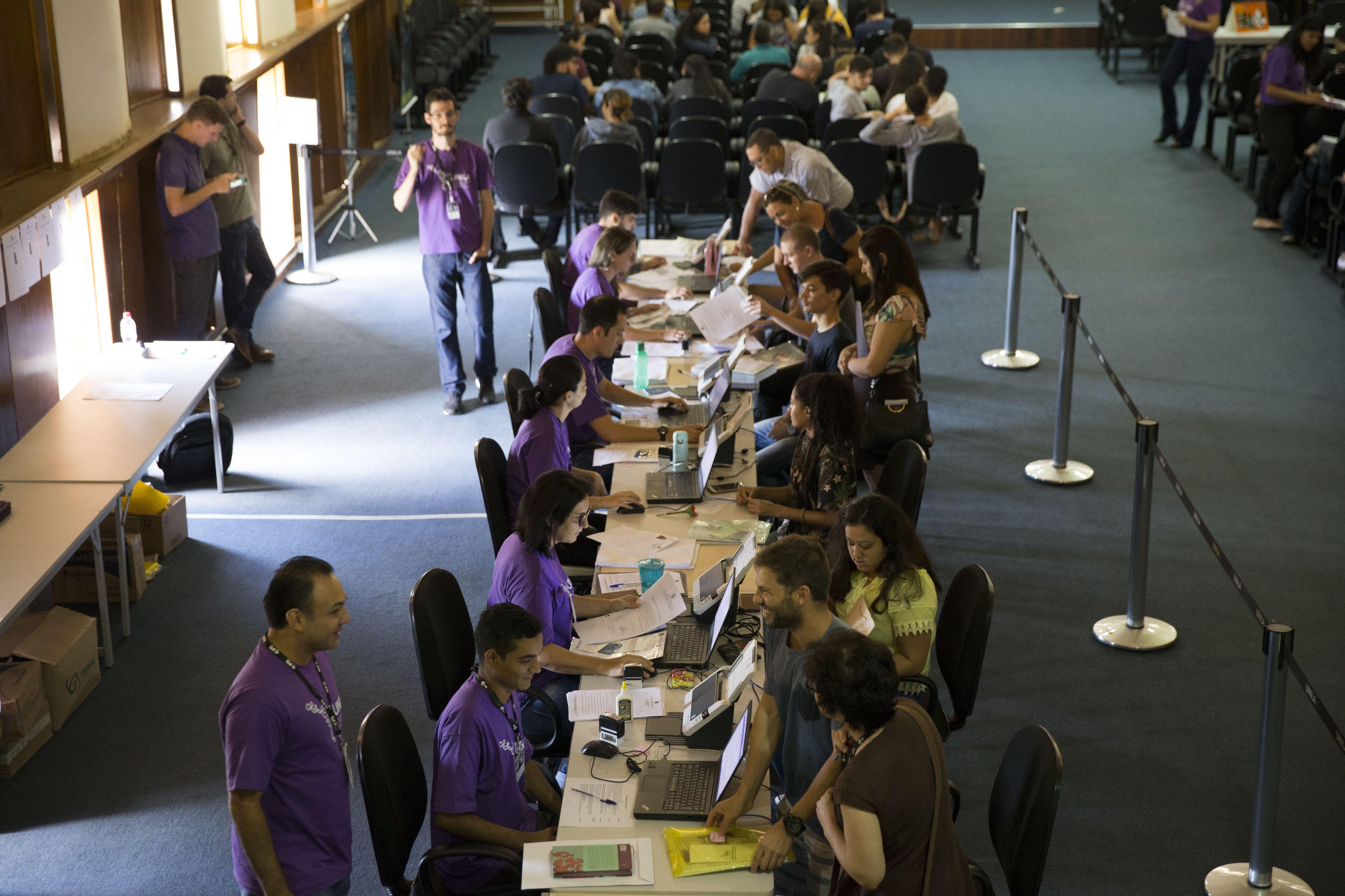 Servidores da PROGRAD e voluntários de outros setores atendem estudantes para o cadastro de documentos para matrícula
