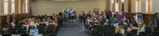 Estudantes e familiares aguardam, no auditório, momento de realizar a matrícula presencial